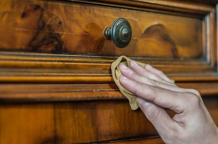 Utilize lustra-móveis na peça, pois o produto protege a madeira das marcas de água