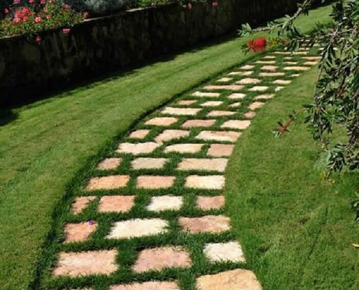 O caminho em pedras foi preenchido com grama preta