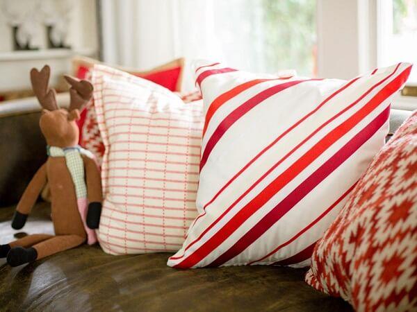 Almofada de Natal com estampa geométrica facilmente se harmoniza com a decoração do espaço