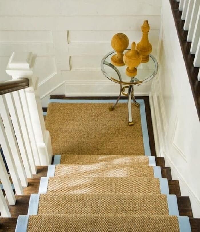 Tapete sisal fixada nos degraus da escada
