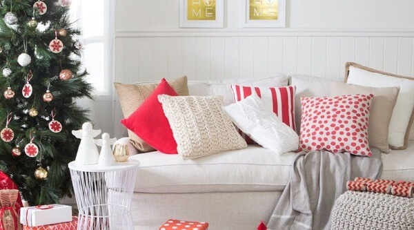 Diversas almofadas de natal estampadas decoram o ambiente dessa sala de estar