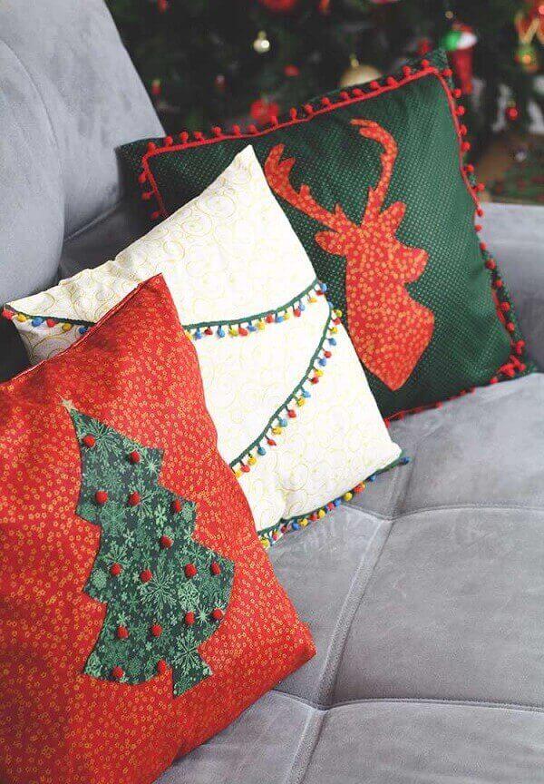 As almofadas de Natal se harmonizaram com o tom cinza do cinza