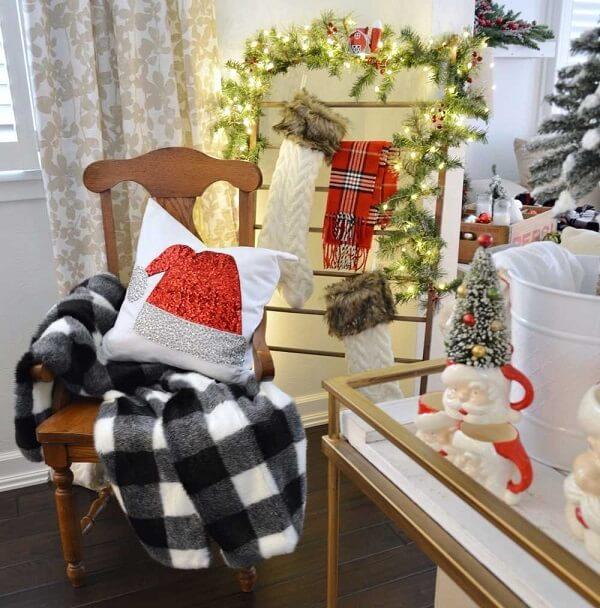 Cantinho especial decorado com pisca pisca, meias e almofadas de Natal