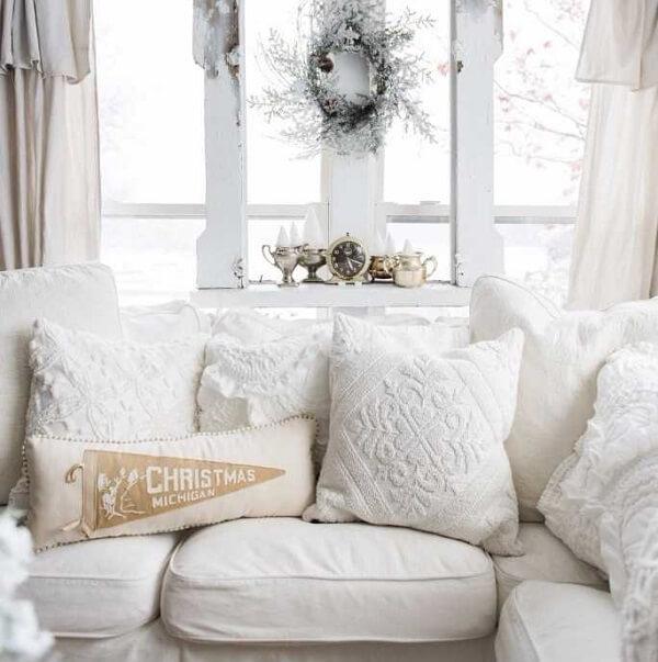 Almofadas de Natal em tom branco facilmente combinam com outros elementos decorativos