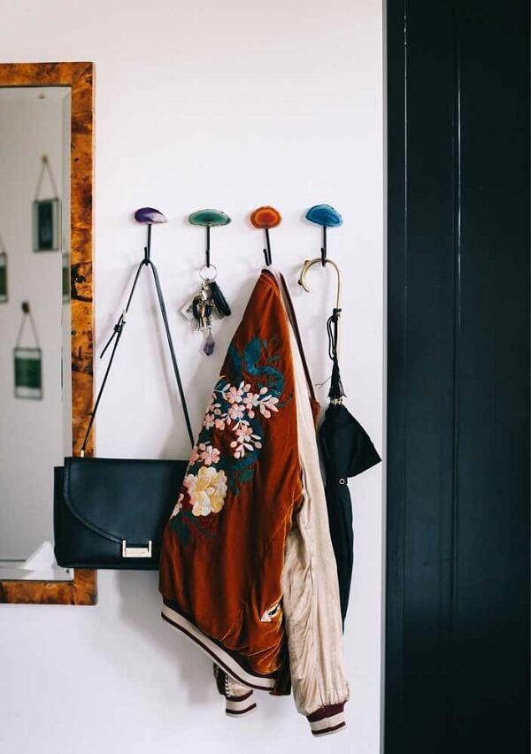 Gancho de parede para bolsa foi fixada próxima a porta