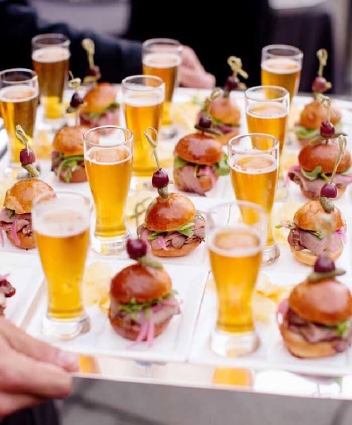 Mini hamburguer e cerveja para festa Chá Bar
