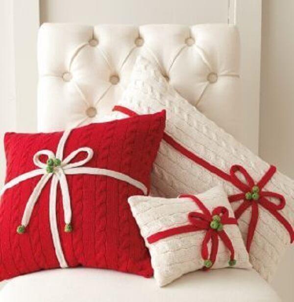 Almofada de Natal em tons de branco e vermelho