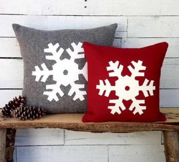 Almofada de Natal com design simples nas cores cinza e vermelho