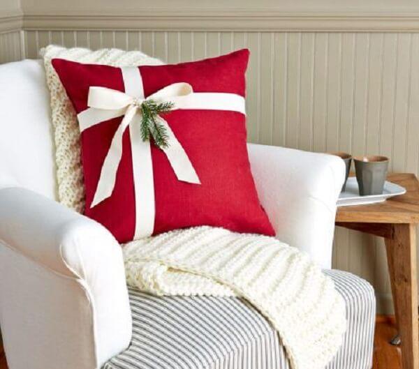 Almofada de Natal em tom de vermelho com laço branco