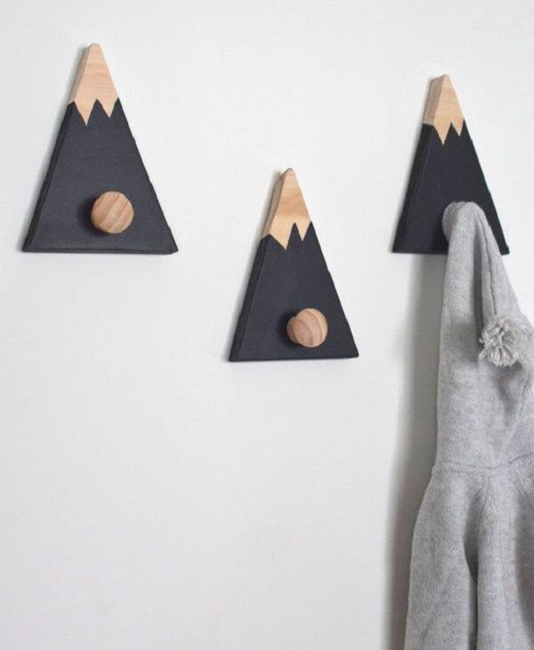 Gancho de parede em madeira auxilia na organização do cômodo