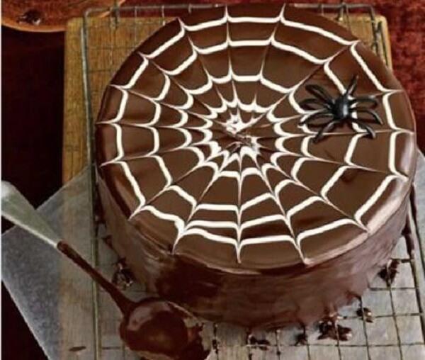Bolo de Halloween feito de chocolate simula uma teia de aranha