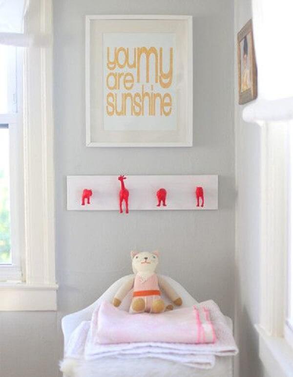Gancho de parede em formato de bichinhos fixado no quarto infantil