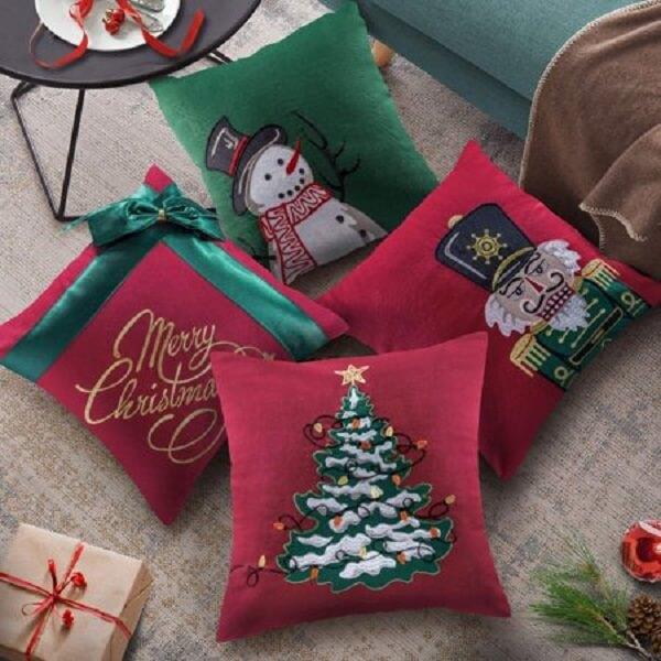 Diferentes estampas de almofadas de Natal complementam a decoração desse ambiente