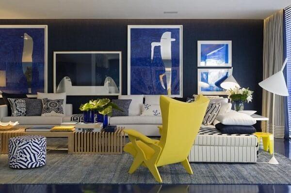A cadeira amarela se destaca na sala de estar ampla