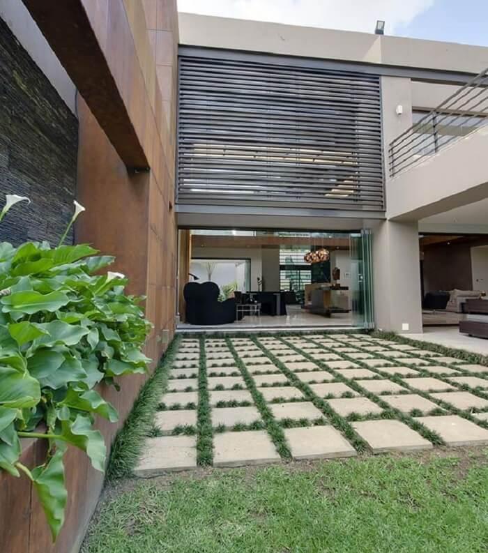 A grama preta se desenvolve super bem por entre as placas de concreto