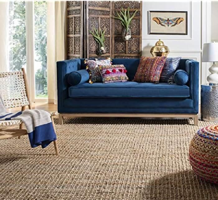 Sala de estar com sofá azul e tapete sisal