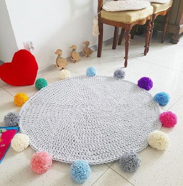 Acabamento feito em pompons deixa seu tapete de crochê ainda mais bonito