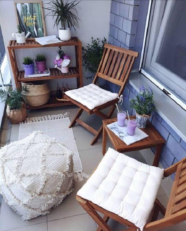 Almofadas para cadeiras de madeira em tom branco se destacam no ambiente