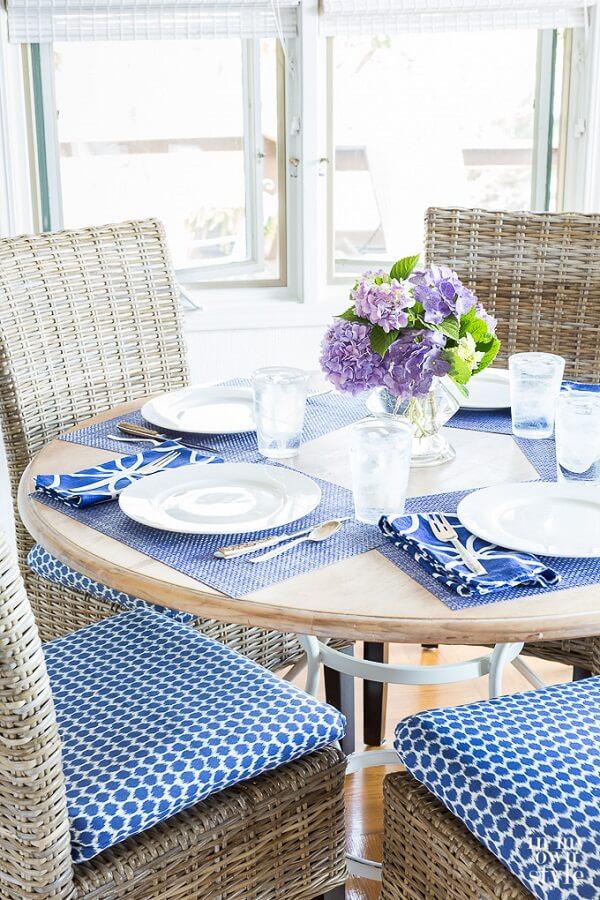 As almofadas para cadeiras de jantar se conectam com o restante da decoração