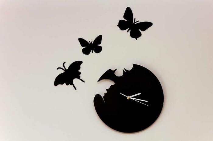 As borboletas se destacam neste relógio de parede