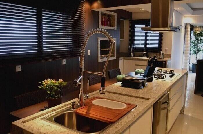 Bancada de granito com torneira gourmet sofisticada