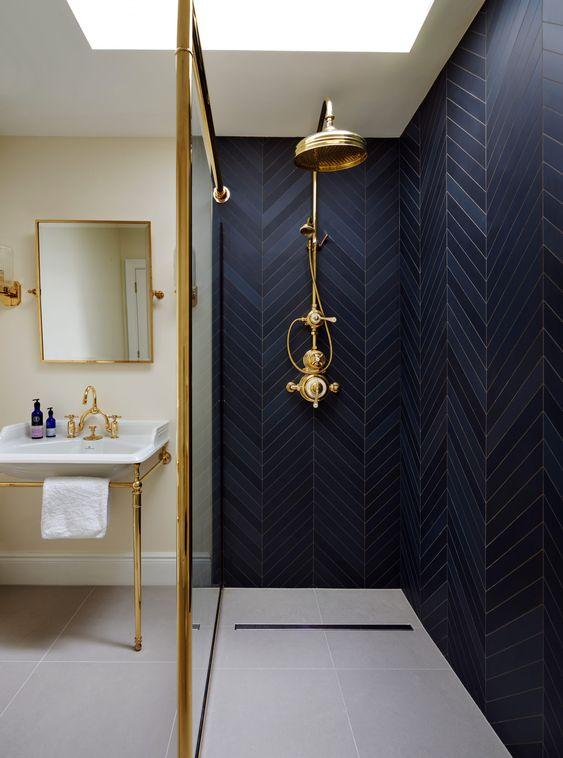 Banheiro com revestimento azul marinho