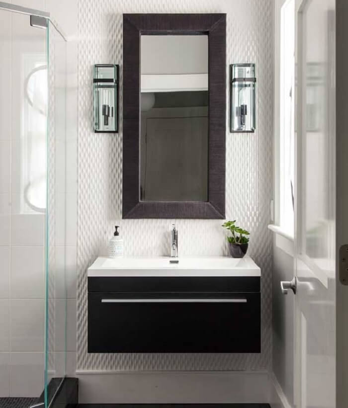 Banheiro compacto com parede revestida com placa de gesso 3D