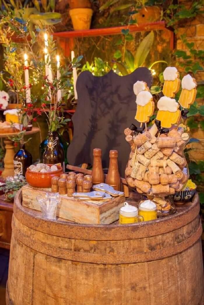 Barril e rolhas fazem parte da decoração da festa Chá Bar