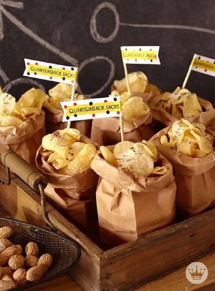 Batata Chips da festa Chá Bar distribuída em sacos de papel