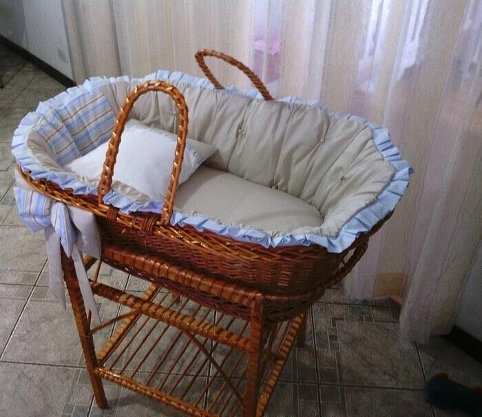Berço cesto de vime facilita o transporte do bebê
