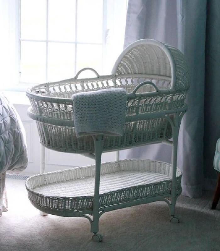 Berço de vime branco encanta a decoração do quarto de bebê