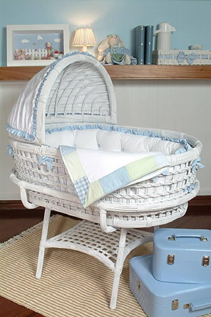 Berço de vime branco se harmoniza com a decoração do quarto de bebê