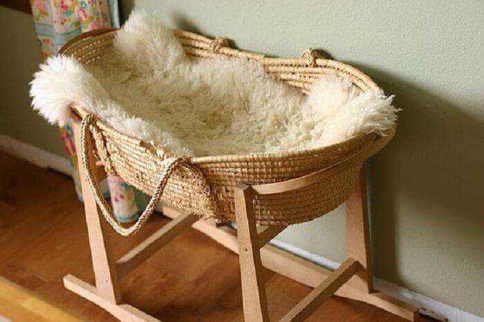 Berço de vime com balanço ajuda a ninar o bebê
