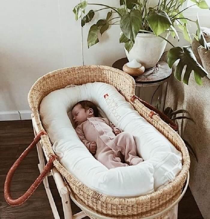 Berço de vime com protetor confortável para o bebê