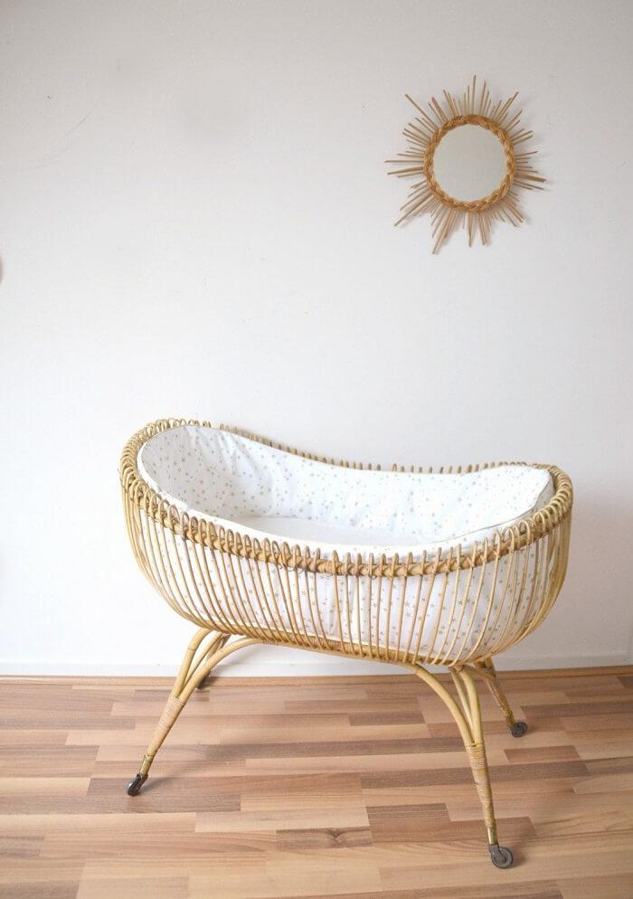 Berço de vime com rodinhas e espelho em formato de sol