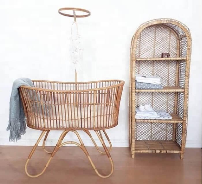 Berço de vime complementa a decoração de quarto com estilo vintage