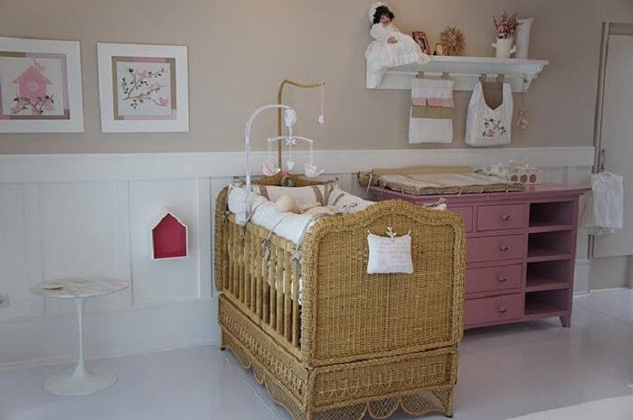 Berço de vime encanta a decoração do quarto de bebê