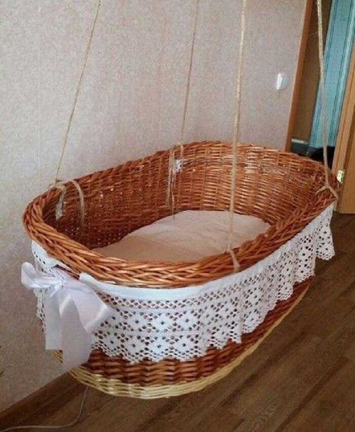 Berço de vime suspenso encanta a decoração do quarto de bebê