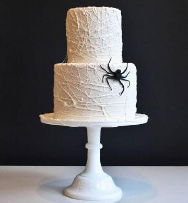 Bolo de Halloween assustador com creme branco e aranha