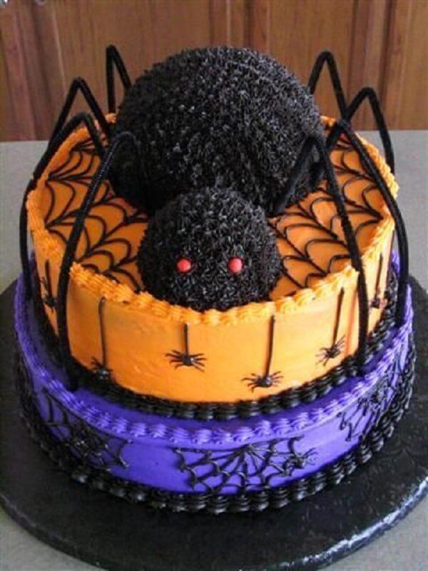 Bolo de Halloween com uma aranha gigante