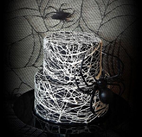Bolo de Halloween em tons de branco e preto com aranhas