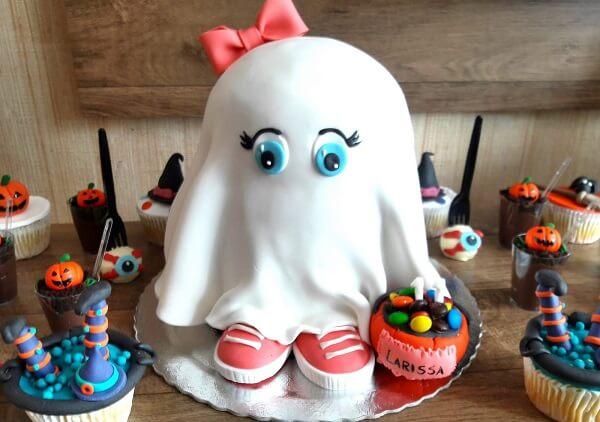 Bolo de Halloween feito de desenho de fantasma