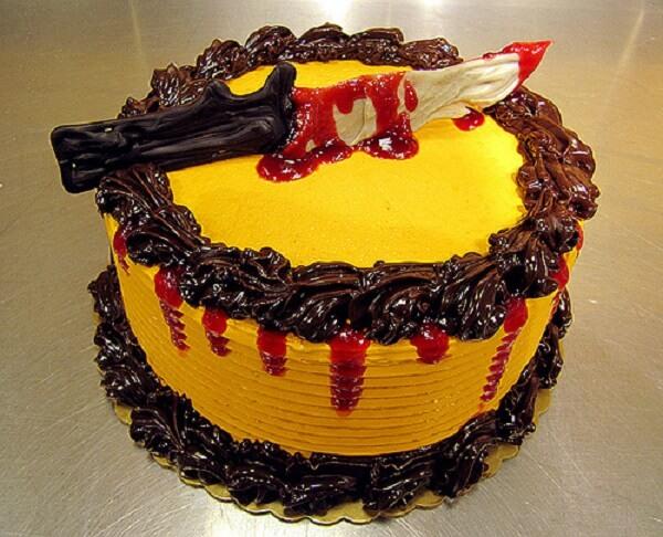 Bolo Halloween feito de glace com desenho de faca