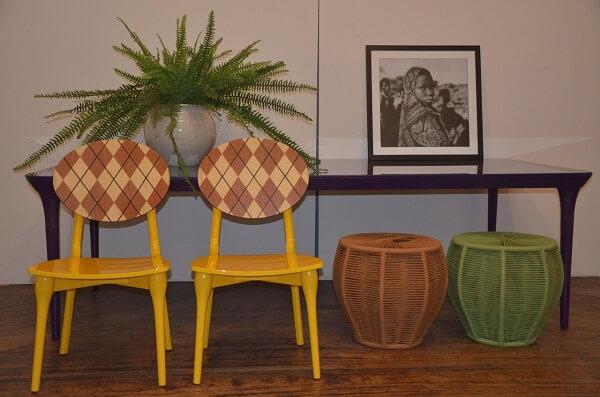 Cadeira amarela com encosto estampado