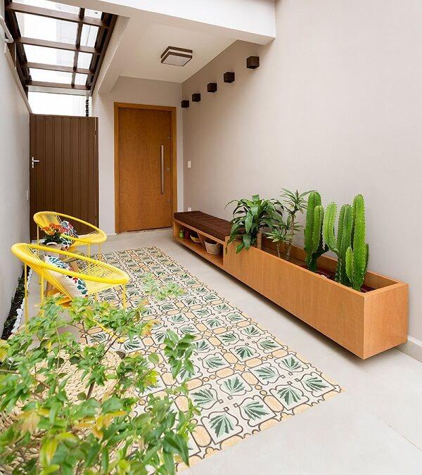 Cadeira amarela de ferro com almofada