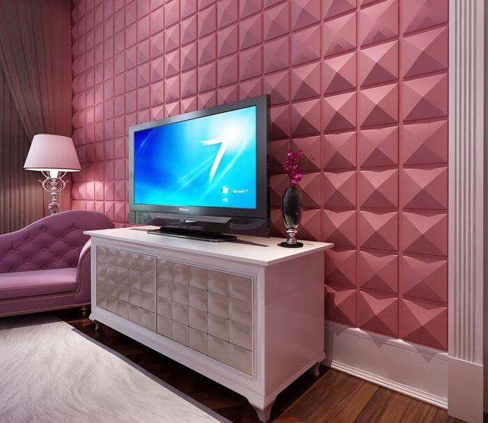 Cantinho especial com parede revestida com placa de gesso 3D em tom pink