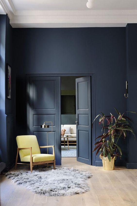 Casa azul marinho com poltrona amarelo