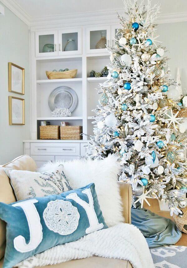 Inove e traga tons de azul e branco para as almofadas de Natal