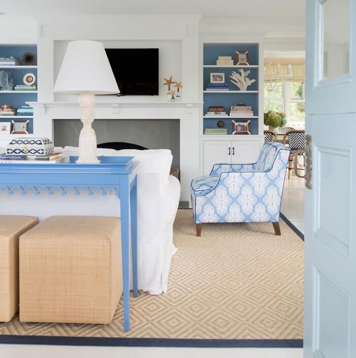 Sala de estar com decoração delicada e tapete sisal