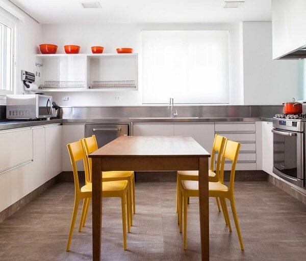 Cozinha clean com cadeira amarela
